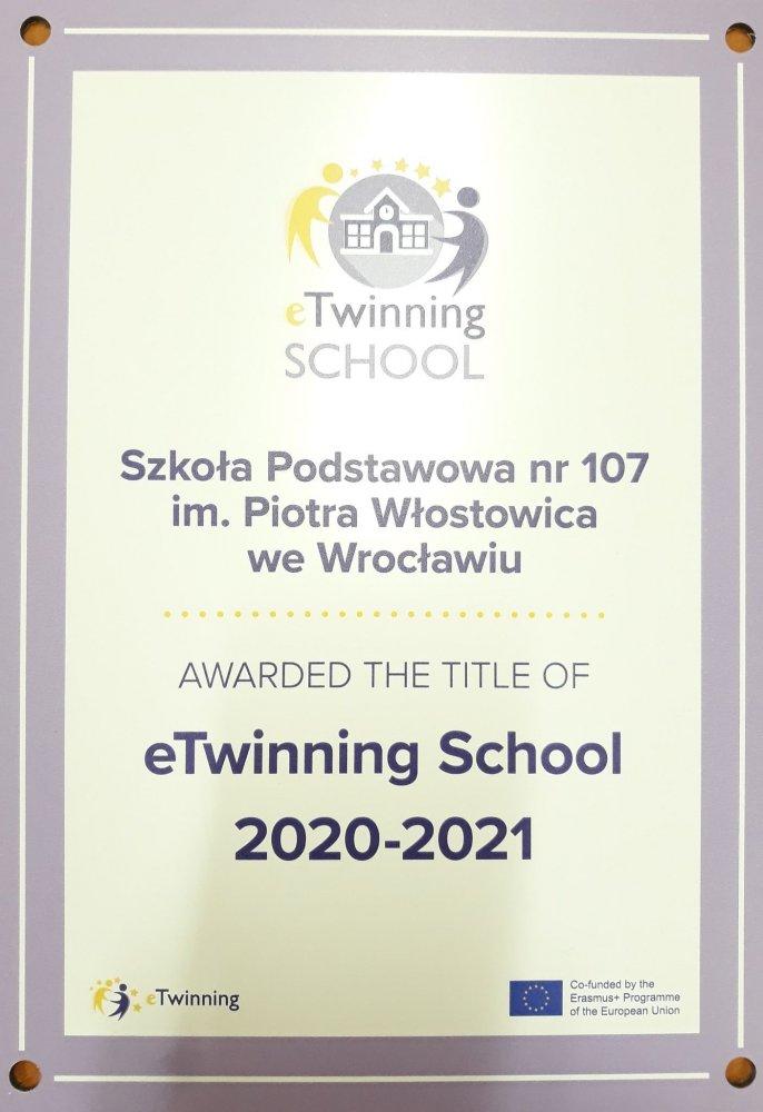Certyfikat z napisem w języku angielskim Szkoła Podstawowa  107 im. Piotra Włostowica  we Wrocławiu awarded the title of eTwinning school 2020-2021