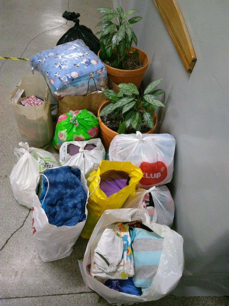 Na podłodze ułożone są torby wypełnione darami dla Polaków mieszkających na Kresach.