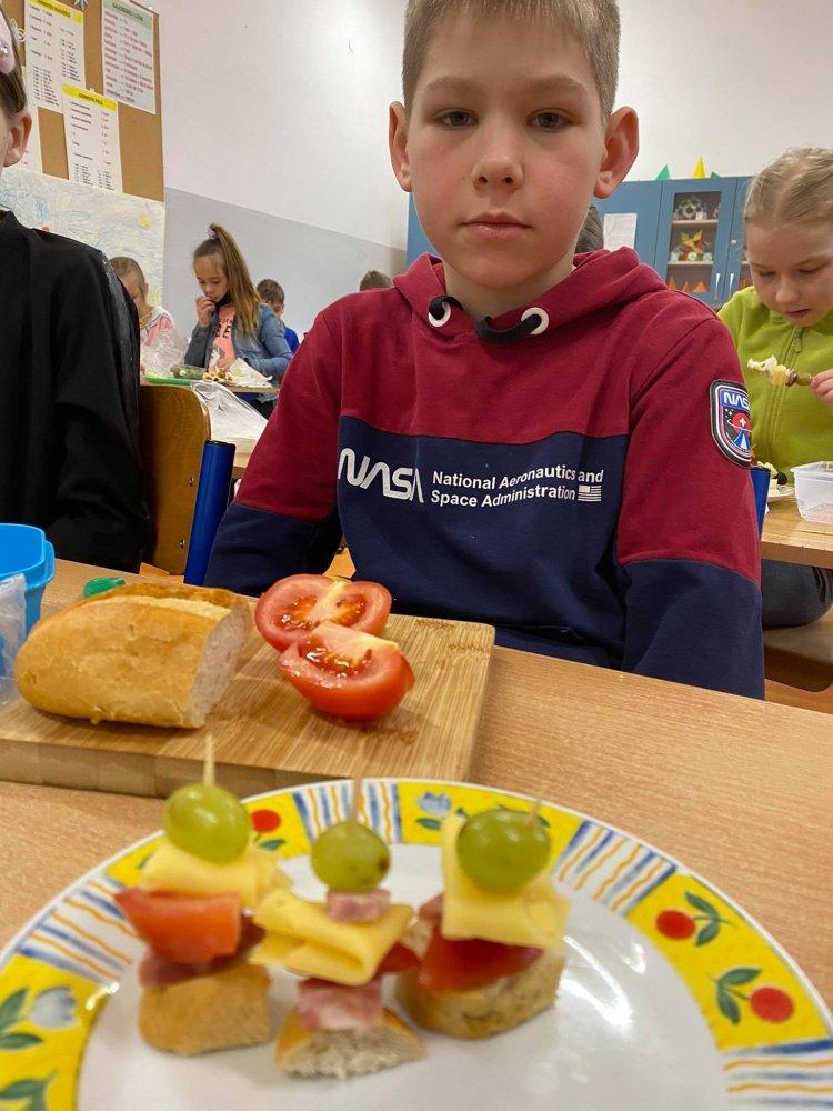 Na wszystkich zdjęciach są dzieci, które wykonują wiosenne kanapki
